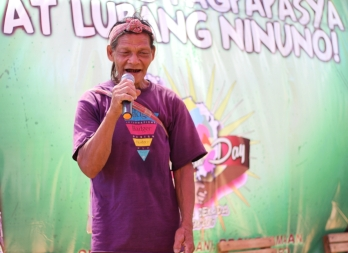 A Mangyan kuyay performs an ambahan (chant) before the gathered audience. (Photo Mark Ambay III)